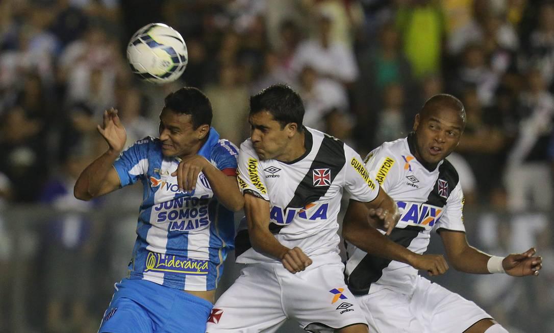 O volante Lucas e o zagueiro Anderson Salles disputam a bola com jogador do Avaí Marcio Alves / Agência O Globo