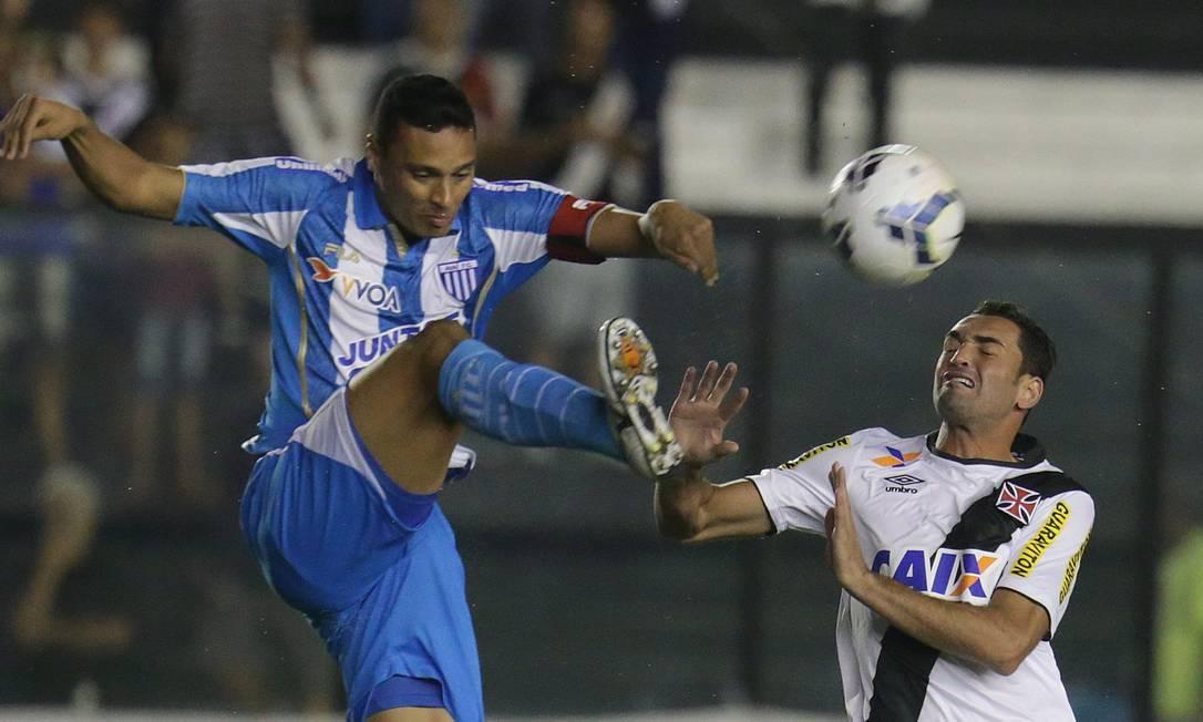 Gilberto é desarmado por um zagueiro do Avaí Marcio Alves / Agência O Globo