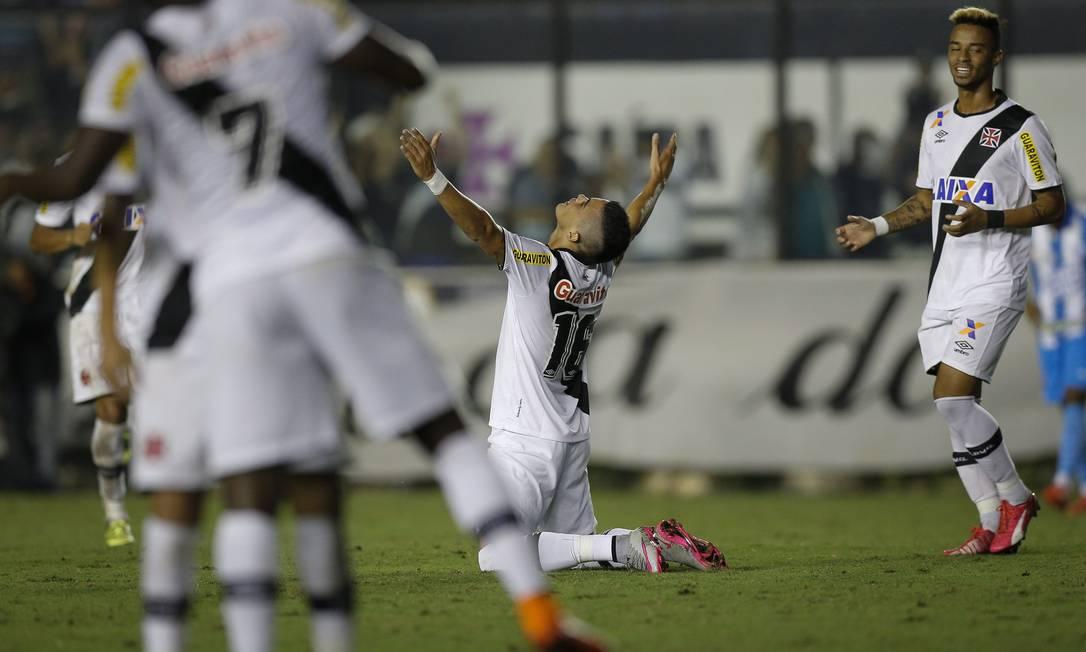Emanuel Biancucchi comemora o gol da vitória do Vasco Alexandre Cassiano / Agência O Globo