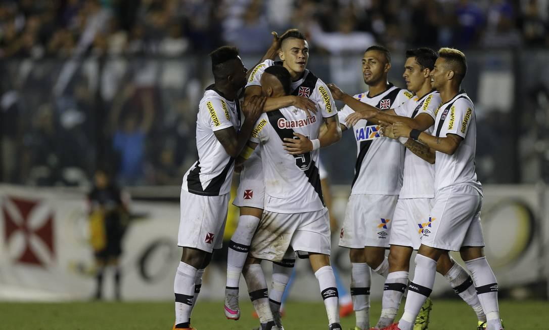 Biancucchi abraça Guiñazú ao marcar o gol para o Vasco contra o Avaí Alexandre Cassiano / Agência O Globo