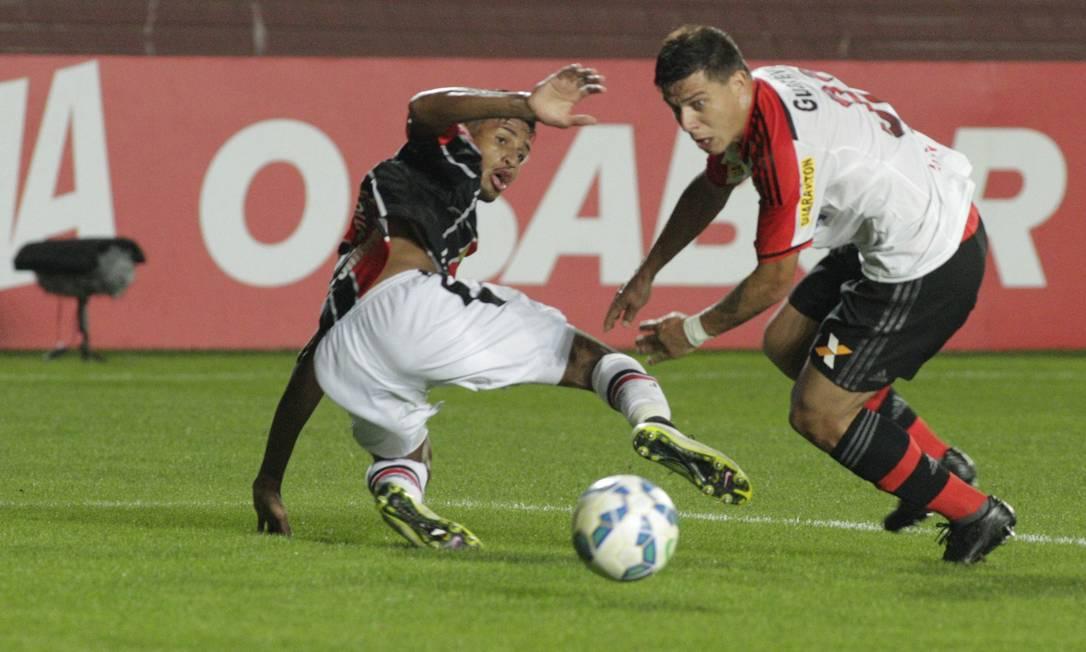 Ayrton, do Flamengo, disputa a bola com jogador do Joinville Divulgação / Flamengo