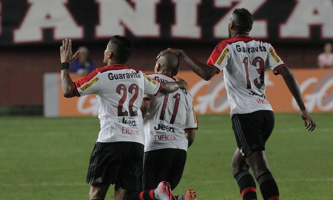 Emerson é abraçado por Everton e Cirino Divulgação / Flamengo