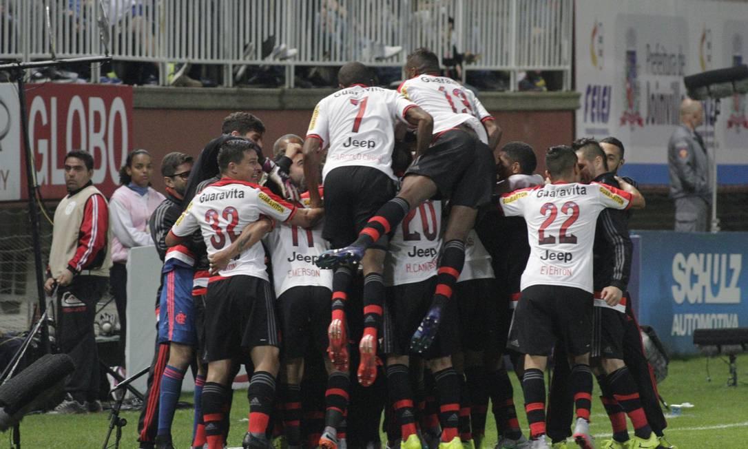 A festa no banco de reservas do Flamengo após o gol de Sheik Divulgação / Flamengo