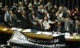 O presidente da Câmara dos Deputados, Eduardo Cunha, comemora com parlamentares a aprovação da redução da maioridade penal