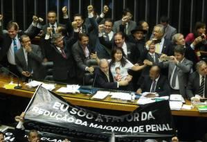 O presidente da Câmara dos Deputados, Eduardo Cunha, comemora com parlamentares a aprovação da redução da maioridade penal Foto: André Coelho / Agência O Globo