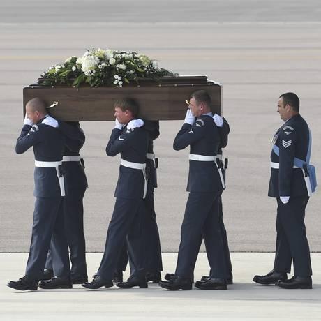 Caixões com corpos de cidadãos britânicos mortos no ataque em Sousse são retirados de uma aeronave da Força Aérea Real no Reino Unido Foto: Joe Giddens / AP