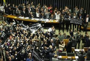 Deputados comemoram aprovação da redução da maioridade Foto: ANDRE COELHO / Agência O Globo