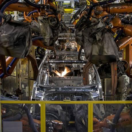 Robôs em ação em fábrica da Volkswagen na República Tcheca Foto: Martin Divisek/27-3-2015 / Bloomberg News