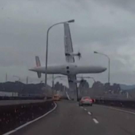 Imagem de vídeo amador mostra a queda do avião da TransAsia em fevereiro Foto: REUTERS TV / Reuters/4-2-2015