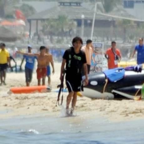 Atirador da Tunísia é flagrado caminhando na praia depois de atentado terrorista na praia de Sousse Foto: Agência O Globo