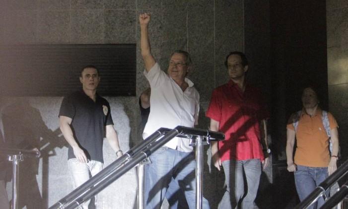 Dirceu ao ser preso pelo mensalão Foto: Eliaria Andrade / Agência O Globo