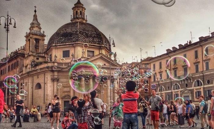 Criança brincam com bolhas de sabão na Piazza del Popolo, em Roma Foto: @brunonaderphoto / Instagram
