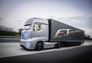 As linhas do Mercedes Future Truck 2015 privilegiam a aerodinâmica. E cadê o retrovisor? Foto: Divulgação