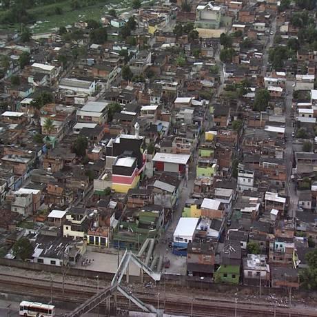 """Documentário """"Lembrar para não esquecer"""", de 2011, relembra a chacina de Vigário Geral e mostra uma tomada aérea da comunidade, que é plana Foto: Divulgação"""