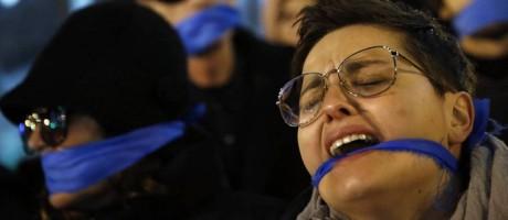 """Pessoas fazem protesto contra a """"Lei da Mordaça"""", que entrou em vigor na última quarta-feira Foto: Reuters"""