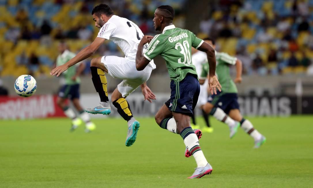 Gerson, do Fluminense, dá o combate em um jogador do Santos Marcelo Theobald / Agência O Globo