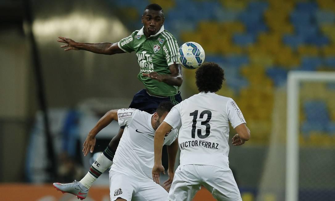 Gérson divide a bola com zagueiro do Santos no Maracanã Alexandre Cassiano / Agência O Globo