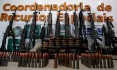 Armas desviadas de empresas de segurança acabam na mão de traficantes. Na foto, fuzis apreendidos no Morro do Chapadão Foto: Pedro Kirilos - 05/02/2015 / Agência O Globo