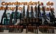 Armas desviadas de empresas de segurança acabam na mão de traficantes. Na foto, fuzis apreendidos no Morro do Chapadão