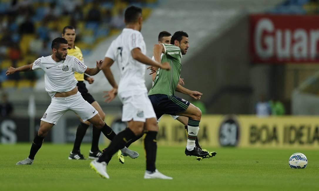 Fred tenta levar o Fluminense ao ataque Alexandre Cassiano / Agência O Globo