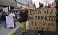 """""""Nem Francisco te salvará desta vez, traidor"""", diz o cartaz carregado por opositor do presidente Rafael Correa em referência à visita do papa Francisco ao país"""