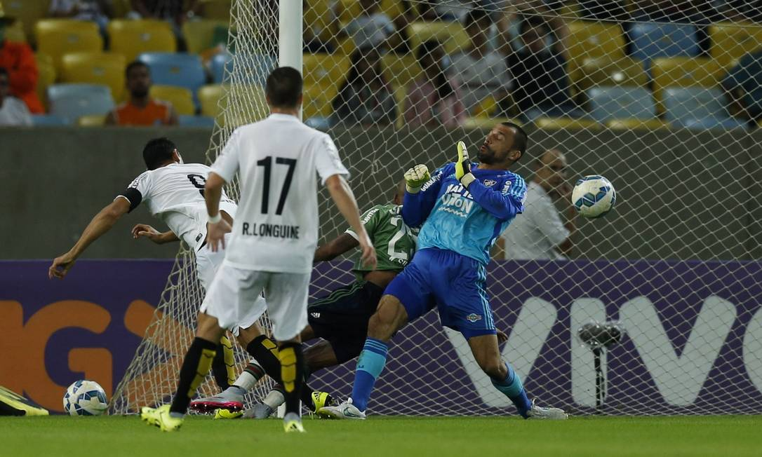 Camisa 9, Ricardo Oliveira empatou o jogo para o Santos, no segundo tempo Alexandre Cassiano / Agência O Globo