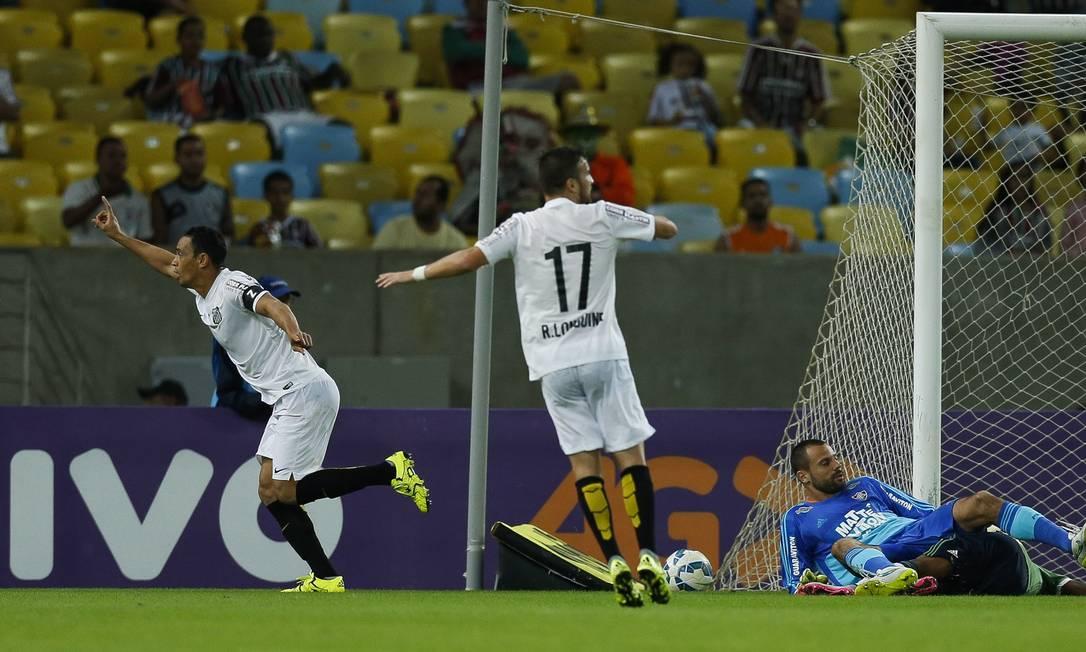 Com Cavalieri e Marlon caídos, Ricardo Oliveira comemora o gol de empate Alexandre Cassiano / Agência O Globo