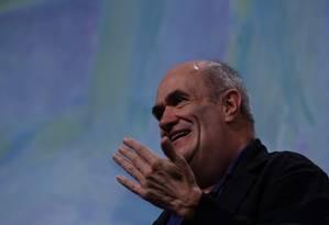 De bom humor, o escritor Colm Tóibín conquistou o público em Paraty Foto: André Teixeira / Agência O Globo