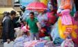 Ambulante vende mercadorias no mercado popular da Rua Uruguaiana, no Centro: a prefeitura informou que, até agosto, vai recadastrar todos os que atuam no local