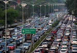 BR São Paulo (SP) 14/10/2014. Trânsito intenso na rua 23 de Maio vista do viaduto Tutóia, em São Paulo Foto: Michel Filho / Agência O Globo