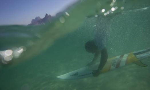 Foto de Magno Neves, de 23 anos, morador do Cantagalo, no Arpoador. Ele surfa quase todos os dias na praia da Zona Sul Foto: Felipe Dana / AP