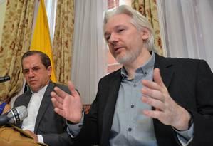 Chanceler equatoriano, Ricardo Patiño (esq.), e Julian Assange em uma entrevista coletiva na Embaixada do Equador em Londres Foto: John Stillwell / AP