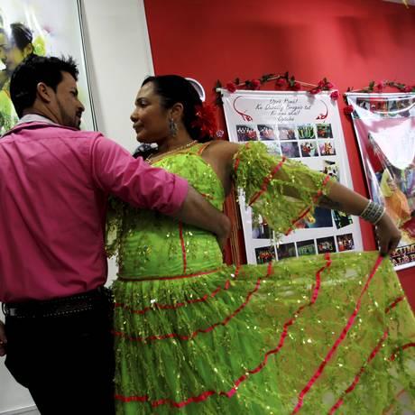 Dança. A cigana Kalin Morgana Nunes e o marido Kalon Yuri Soares Foto: Pedro Teixeira / Agência O Globo
