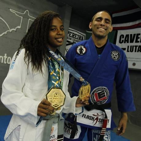 Campeões. A atleta Mariana Rolszt e o treinador Flávio Caverna com as medalhas conquistadas Foto: Pedro Teixeira / Agência O Globo