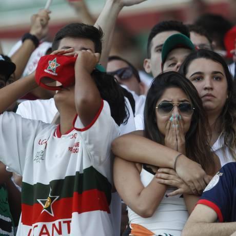 Fortes emoções. Camila Gomes chora a derrota, mas acredita no retorno da Lusa à elite do futebol carioca Foto: Eduardo Naddar / Agência O Globo