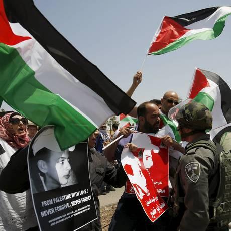 Manifestantes palestinos lembram um ano da morte de Abu Khudair, o jovem queimado em Jerusalém em um suposto ataque de vingança pelo sequestro e assassinato de três israelenses no ano passado Foto: MOHAMAD TOROKMAN / REUTERS