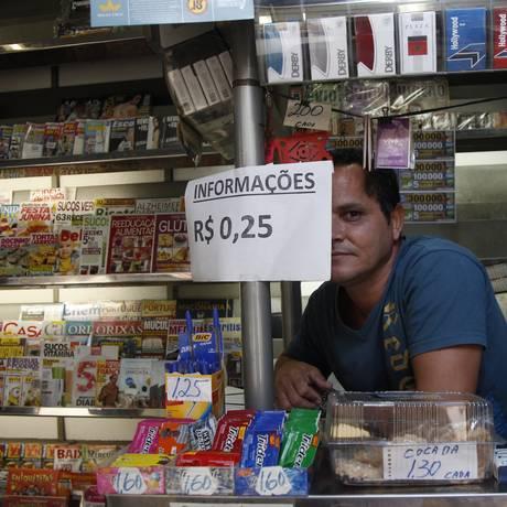 Célio Silva e o cartaz: quanto vale a informação? Foto: Agência O Globo / Eduardo Naddar
