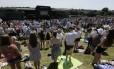 Pessoas participam de minuto de silêncio pelas vítimas do tiroteio na Tunísia na semana passada no torneio de tênis de Wimbledon