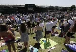 Pessoas participam de minuto de silêncio pelas vítimas do tiroteio na Tunísia na semana passada no torneio de tênis de Wimbledon Foto: Tim Ireland / AP