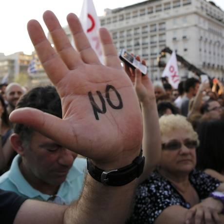 """""""Não"""", defendem gregos na praça Syntagma, em Atenas Foto: YANNIS BEHRAKIS / REUTERS"""