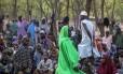 Civis que fugiram de violência do Boko Haram se refugiam em acampamento nos arredores de Maiduguri