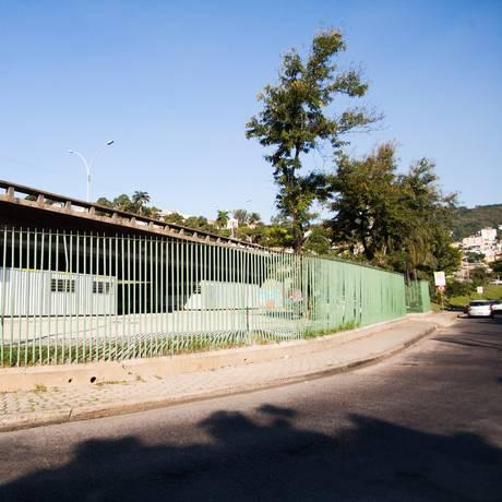 Moradores querem centro cultural sob viaduto, mas espaço abriga contêineres da CET-Rio Foto: Bárbara Lopes / Agência O Globo