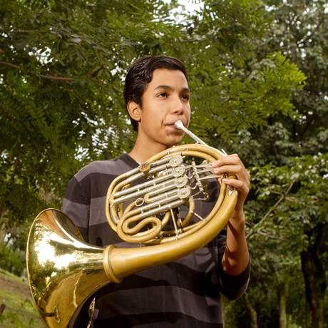 Felipe Santos faz seu primeiro solo de trompa aos 13 anos, em apresentaçãp da Academia Juvenil da Orquestra Petrobras Sinfônica Foto: Bia Guedes / Agência O Globo