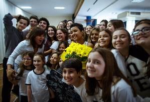 Animados com a presença de Kayllane, alunos do Eliezer-Max posam com a menina para fotos e fazem festa ao seu redor Foto: Daniel Marenco / Agência O Globo