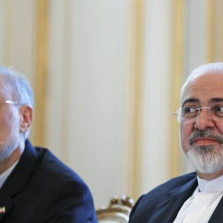 Zarif (à direita) e o chefe da Organização de Energia Atômica iraniana, Ali Akbar Salehi: otimismo Foto: CARLOS BARRIA / REUTERS