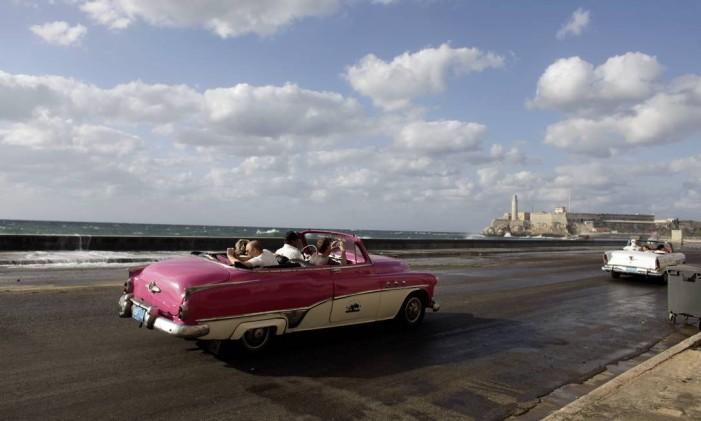 Carro antigo no Malecón de Havana, cidade que será base de novo cruzeiro da MSC Foto: Javier Galeano / AP