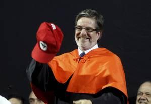 Novo reitor foi presenteado com boné do MST Foto: Gabriel de Paiva / Agência O Globo