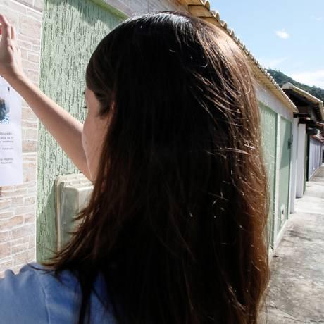 Bianca Nicolai espalhou mais de cem cartazes em Piratininga para localizar a cadelinha Mel Foto: Marcos Tristao / Agência O Globo