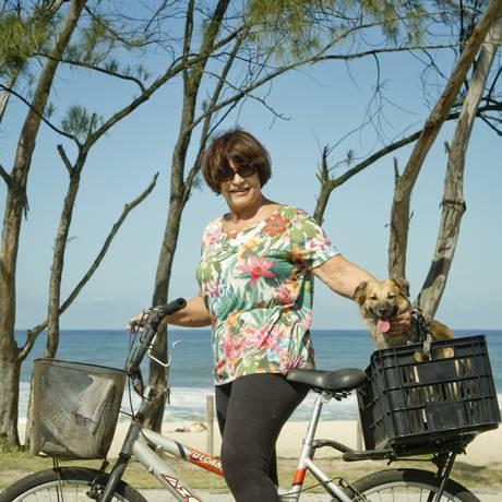 Joana intercala os dias entre andar de bicicleta e caminhar com sua Frida Kahlo Foto: Agência O Globo / Bia Guedes