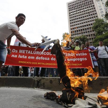 Funcionários do Estaleiro Mauá protestaram na sexta-feira em frente à sede da TransPetro Foto: Pablo Jacob / Agência O Globo